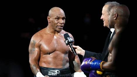 Mike Tyson vastaili kysymyksiin ottelun jälkeen.