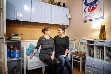 Vironniemen päiväkodin entinen johtaja Kirsti Hakkola ja varhaiskasvatuksen opettaja Reetta Hietanen ovat aiemmin olleet työtovereita. He ovat kehittäneet yhdessä päiväkodin toimintaa.