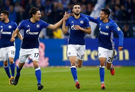 Schalken Nabil Bentaleb (kesk.) tuuletti rangaistuspotkusta syntynyttä maalia Wolfsburgia vastaan 28. lokakuuta. Schalken väitetään saaneen ottelussa apua videotuomaroinnin johtajalta.
