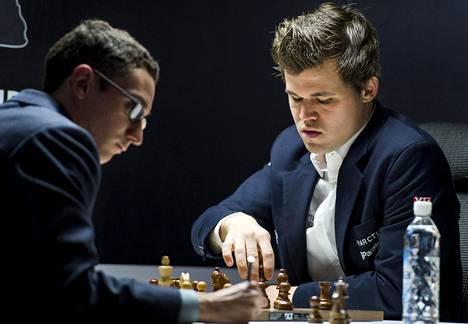 Maailman ykköspelaaja, norjalainen Magnus Carlsen (oik.) kohtasi maailman kakkospelaajan Fabiano Caruanan šakkilaudan ääressä viime kesänä Stavangerissa.