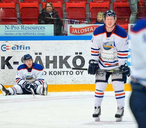 Kieekko-Vantaan Saku Salmela istui pettyneenä jäällä tappion varmistuttua.