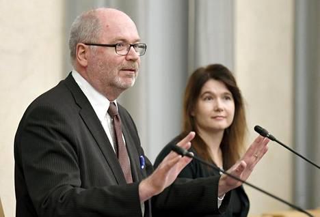 Tarkastusvaliokunnan puheenjohtaja Eero Heinäluoma (sd) ja jäsen Johanna Karimäki (vihr) esittelivät valiokunnan mietintöä perjantaina.