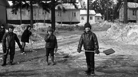Lapsia kevätauringossa Koskelan parakkitalojen pihalla vuonna 1970. Kuva: Simo Rista, Helsingin kaupunginmuseo.