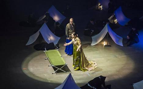 Christian Juslinin Achti Lemminkäinen ja Anna Danikin Luonnotar oopperan harjoituksissa.