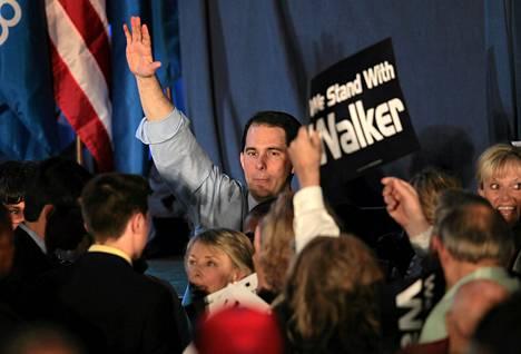 Wisconsinin kuvernööri Scott Walker kiitti kannattajiaan uusintavaalin jälkeen tiistaina Waukeshassa.