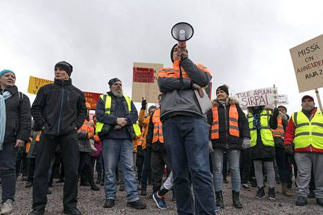 Postilaiset osoittivat mieltään Helsingin Ilmalassa Postin pääkonttorin edessä marraskuun 12. päivänä.