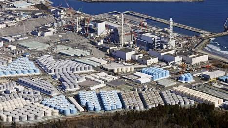 Ilmakuva näyttää käsitellyn veden varastotankkeja Fukushiman ydinvoimalan alueella helmikuussa.