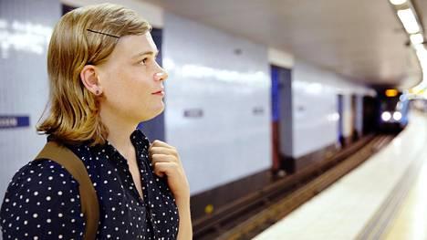 Sukupuoltaan korjaava Signe Krantz, 24, odotti metroa Slussenin asemalla. Matka vei kohti klinikkaa, jossa annetaan parran kasvun pysäyttävää hoitoa.