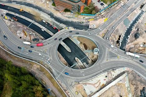 Tunnelin pohjoispäässä on tunnelista tulevien kaistojen päällä Otasolmun kiertoliittymä.