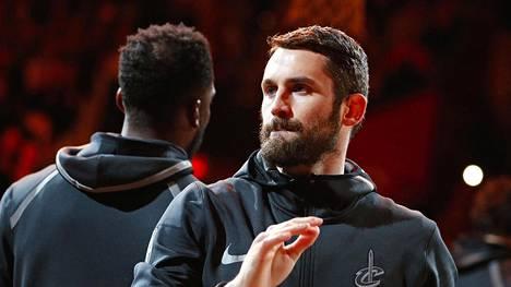 Cleveland Cavaliers -joukkueeseen kuuluva Kevin Love (oikealla) on yksi NBA-tähdistä, jotka ovat kertoneet julkisesti käyttävänsä Oura-älysormusta.