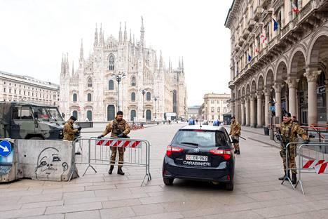 Koronaviruspandemia on johtanut Italiassa tiukkoihin liikkumisrajoituksiin. Armeijan sotilaat valvoivat kiellon noudattamista perjantaina 20. maaliskuuta Milanon Piazza Duomolla.