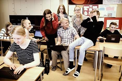 """""""Me halutaan itse tehdä kaikki hyvin, silleen kunnolla"""", sanoo Vilma Mielityinen. """"Kaikki opettajat aina sanoo, että te olette niin kilttejä."""" Hiidenkiven peruskoulun yhdeksäsluokkalaiset Venla Kiviranta, Sofia Vuorinen, Iida Aarela, Enni Alajoki, Venny Mäkelä, Leevi Matikainen, Vilma Mielityinen ja Joel Repo tunnilla."""
