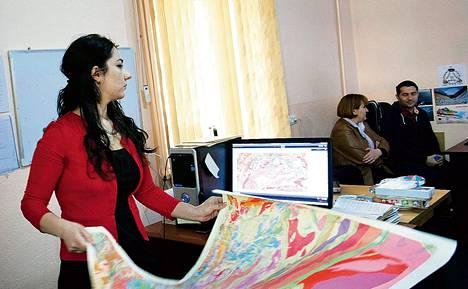 Gulina Murodmamadova skannasi vanhaa karttaa Tadžikistanin Geologisella laitoksella.