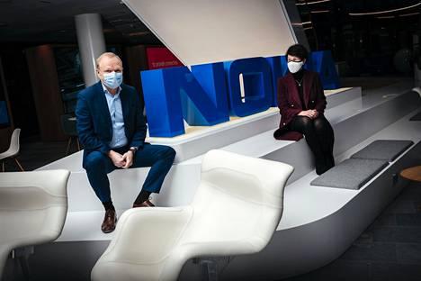 Nokian toimitusjohtaja Pekka Lundmark ja hallituksen puheenjohtaja Sari Baldauf Nokian pääkonttorin aulassa Espoossa.