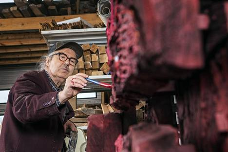 Pauno Pohjolainen ei päästä ateljeehensa juuri ketään katsomaan keskeneräisiä teoksiaan. Vasta valmiit ja näytteille asetetut teokset ovat ulkopuolisten arvioitavissa.