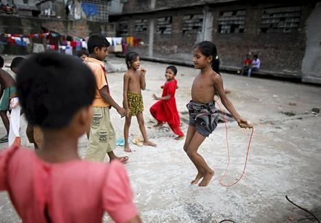 Lapset leikkivät katolla nahkatehtaan vieressä Dhakassa Bangladeshissa.
