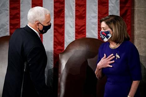 Varapresidentti Mike Pence ja edustajainhuoneen puhemies Nancy Pelosi keskustelemassa Kongressin istunnossa keskiviikkona.