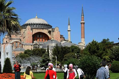 Istanbulin maamerkki Hagia Sofia rakennettiin noin 1400 vuotta sitten kirkoksi. Sen jälkeen se on ollut myös moskeija ja nykyisin museo.
