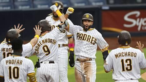 Eric Hosmer sai joukkuekaveriensa onnittelut lyötyään San Diego Padresille grand slamin neljännessä ottelussa peräkkäin. Se on uusi MLB:n ennätys.
