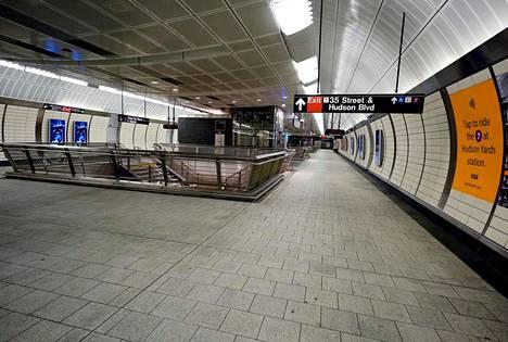 New Yorkin kaupunki sulki useita julkisia tiloja koronaviruksen aiheuttaman uhan vuoksi, 34 St - Hudson Yds -metroasema oli autio sunnuntaina.