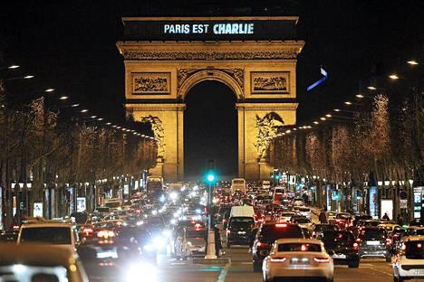 Riemukaareen heijastettiin teksti Pariisi on Charlie perjantai-iltana.