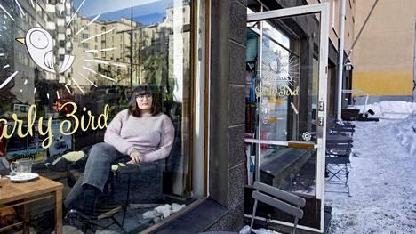 Käsikirjoittaja Anna Brotkin kahvilassa Kalliossa Kolmannella linjalla, jonka varrella on kuvattu Aikuiset-sarjan monia kohtauksia.