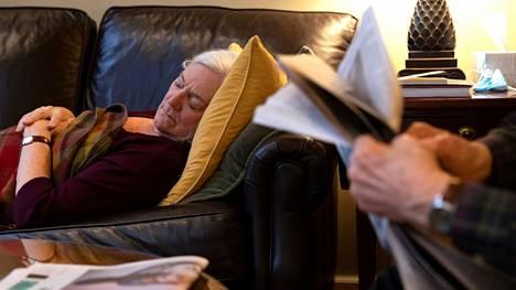 Yhdysvalloissa koronaviruskeskustelun painopiste on siirtynyt jo long covidiin. Penny Parkin, 69, sairastui koronavirustautiin vuosi sitten, ja jälkioireet aiheuttavat hänelle yhä päivittäistä väsymystä.