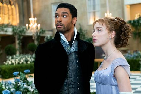 Regé-Jean Page ja Phoebe Dynevor esittävät Bridgerton-sarjan avauskauden pääparia Hastingsin herttuaa ja Daphne Bridgertonia.