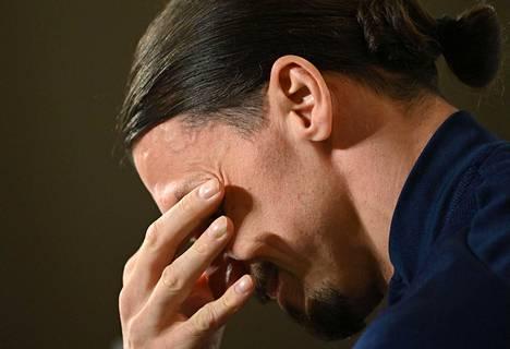 Zlatan Ibrahimović osallistui maanantaina Ruotsin jalkapallomaajoukkueen lehdistötilaisuuteen.