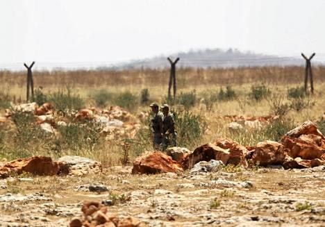 Turkkilaissotilaat partioivat Reyhanlissa Syyrian vastaisella rajalla, jonka yli syyrialaissotilaat loikkasivat maanantaina.