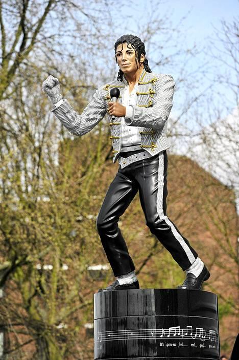 Fulham palauttaa Michael Jacksonin patsaan seuran entiselle omistajalle Mohammed Al Fayedille.