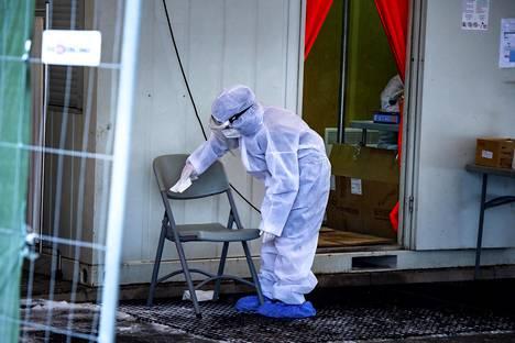 Työntekijä puhdisti koronatestauspaikkaa Tallinnan Mustamäellä.