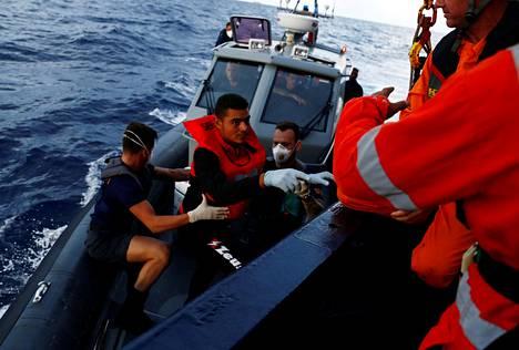 Tunisialainen siirtolainen nousi Alan Kurdi -nimiselle pelastusalukselle Maltan rannikkovartioston veneestä syyskuussa. EU-jäsenmaat ratkaisevat pelastuslaivoja koskevat päätökset alus kerrallaan.
