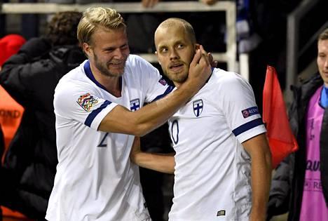 Teemu Pukki (oik) ja Paulus Arajuuri juhlivat Pukin maalia Tallinnassa pelatussa Kansojen liigan ottelussa.