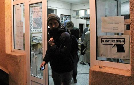 ETYJ:n vaalitarkkailijat poistuivat hyökkäyksen kohteeksi joutuneelta äänestyspaikalta Mitrovicassa Kosovossa sunnuntaina.