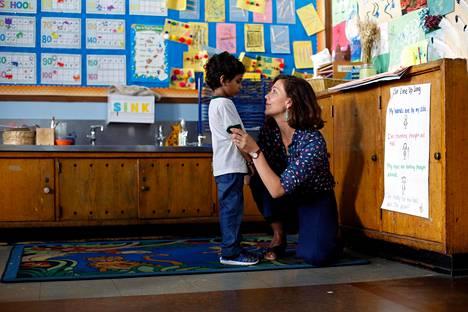 Lisa (Maggie Gyllenhaal) on varma, että Jimmy (Parker Sevak) on lapsinero, englanninkielisen runouden Mozart.