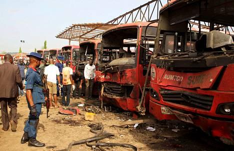 Pommiasiantuntijat etsivät todisteita Nyanyassa maanantaina.