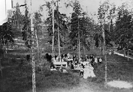 Väkeä Tallbergin omistaman Villa Hjördishemin puistossa Lauttasaaressa vuonna 1893.