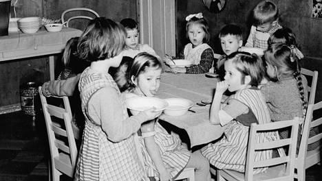 Lounas lastentarhassa vuonna 1956.