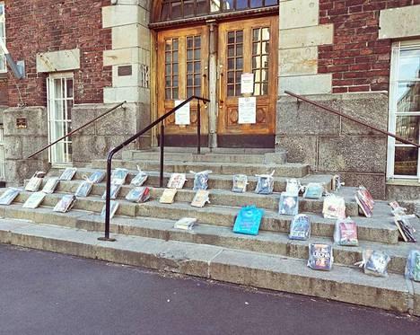 Kallion kirjaston portaille ilmaantui tiistaiaamuna poistokirjapusseja.