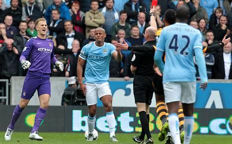 Erotuomari Lee Mason näytti punaista korttia Manchester Cityn Vincent Kompanylle.