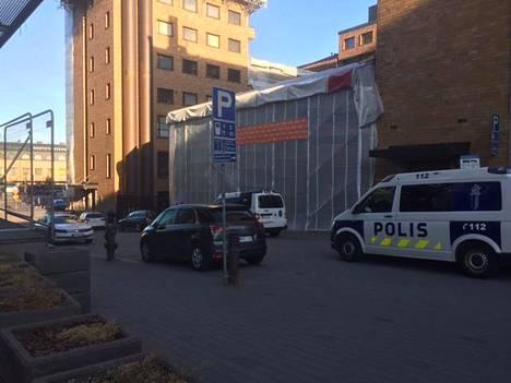Paikalle saapui viisi poliisin yksikköä selvittämään tapahtunutta.