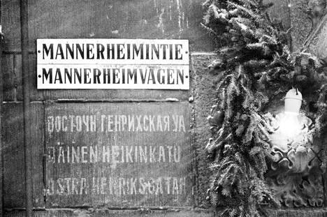 Mannerheimintien kyltti 28. mar ras kuuta 1965. Kyltin alla tien entinen nimi Itäinen Heikinkatu suomeksi, venäjäksi ja ruotsiksi. LEHTIKUVA / REIJO KOSKINEN
