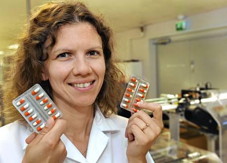 Cytomedin toimitusjohtaja Julia Wolkoff ja Cytovir-3 lääkepakkaukset lääketehtaalla Lappeenrannassa.