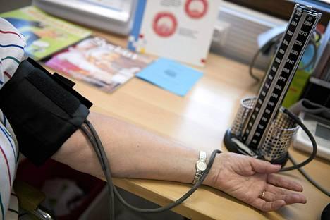Verenpaineen mittausta terveysasemalla.