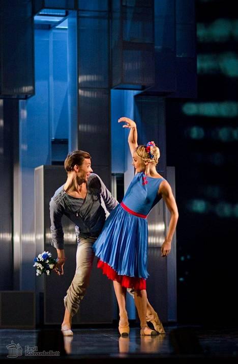 Marina Keslerin koreografioima Kratt on yhdistelmä kansanperinnettä kunnioittavaa kuvastoa ja uutta tanssillista ilmaisua.