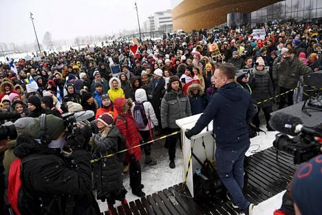 Koronarajoituksia vastustaneeseen mielenosoitukseen osallistui noin 300 ihmistä.