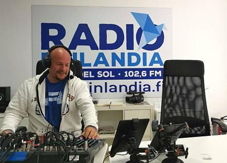 Henry Aflecht asuu nykyisin Espanjan Aurinkorannikolla ja pyörittää siellä suomalaista radiota, Radio Finlandiaa.
