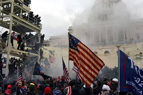 Trumpin kannattajat hyökkäsivät kongressitaloon, jossa oli meneillään Joe Bidenin vaalivoiton vahvistaminen.