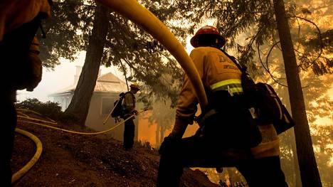 Palomiehet taistelivat lähelle asutusta tullutta paloa vastaan Los Angelesissa torstaina.